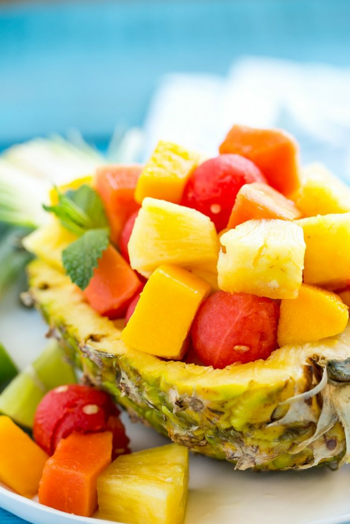 dessert peu calorique, ananas, pastèque, feuilles de menthe, nappe bleue