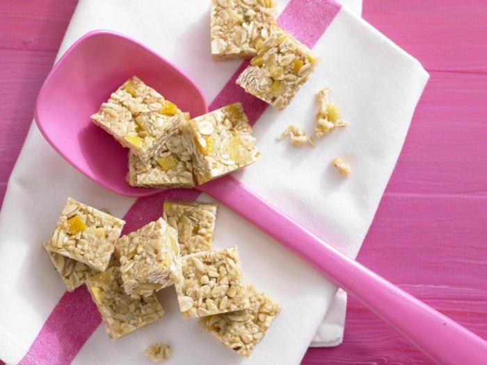 recette peu calorique, cuillère en plastique rose, serviette blanche et rose, dessert en amande