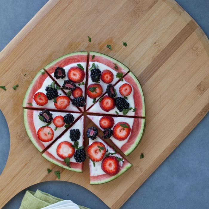 recette minceur, pizza aux fruits, pastèque, fraises, mûres, plancher en bois, serviette verte