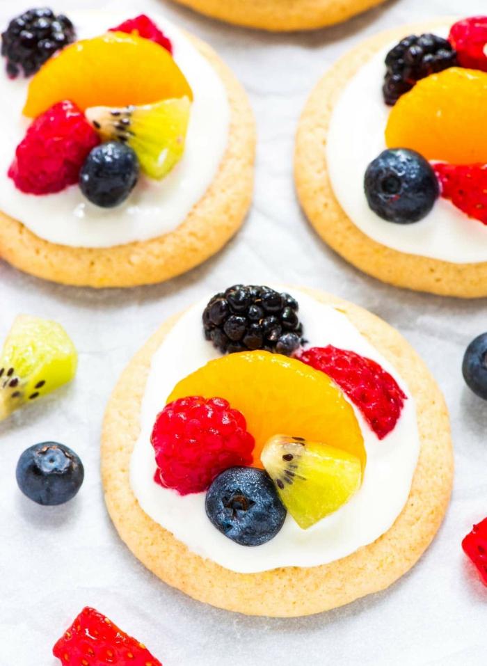 recette peu calorique, pizza aux fruits, kiwi, oranges, fraises, mûres, myrtilles, nappe blanche