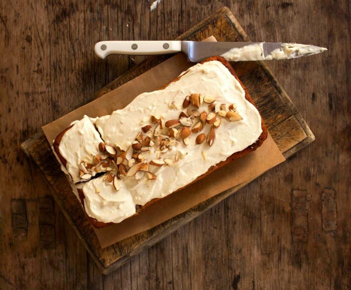 dessert léger et rapide, plancher en bois, couteau, papier au four, noix hachées