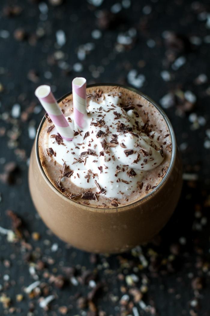 recette peu calorique, verre, crème fraîche, chocolat froid, nappe noire, noix concassés