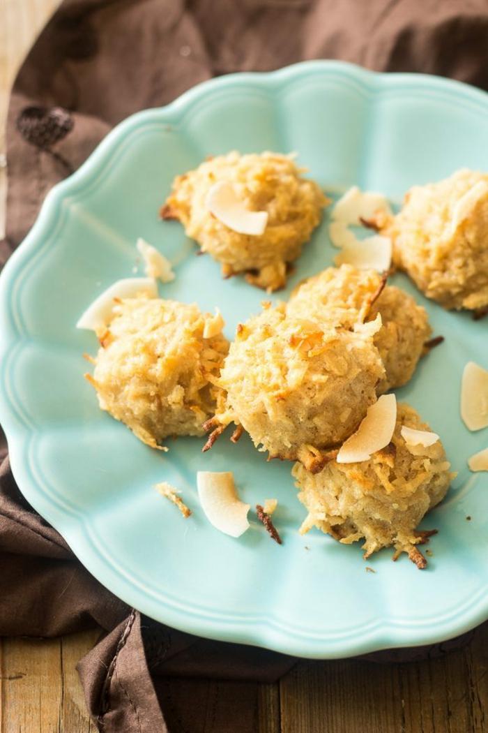 dessert peu calorique, boules en cocos, serviette marron, plancher en bois, assiette verte