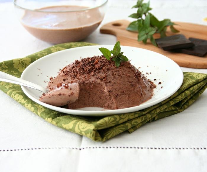dessert léger et rapide, panna cotta au chocolat, feuille de menthe, bol en verre, plancher en bois