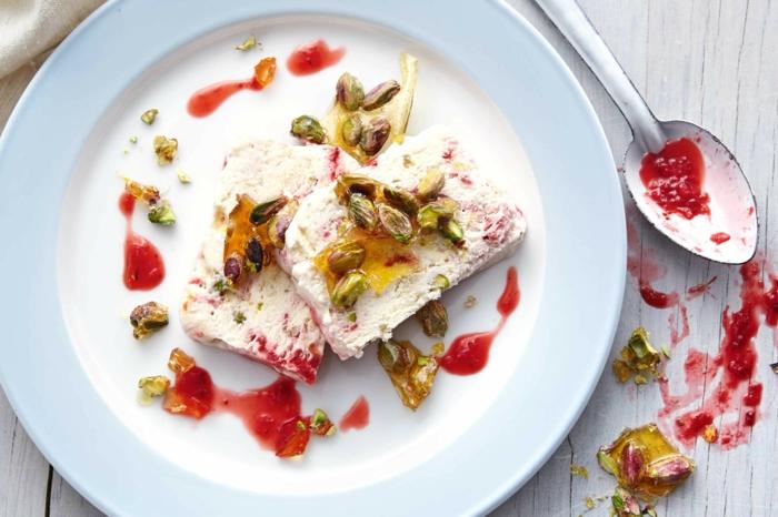 faire de la glace maison au nougat et aux fraises, nougat glacé maison idéal pour un dessert léger