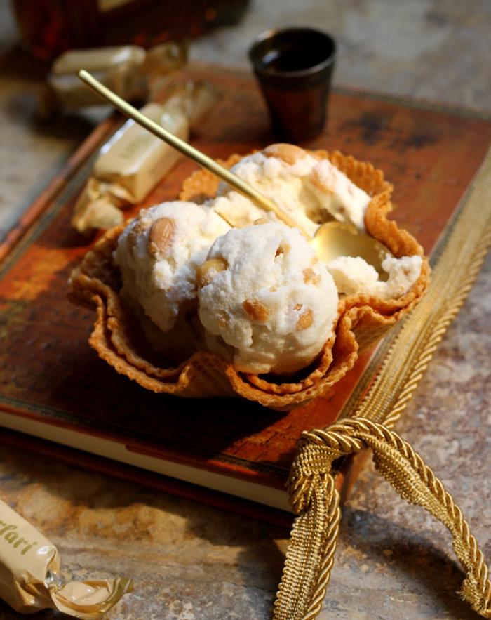 recette de glace maison au nougat et aux amandes, nougat glacé maison revisité servi dans un cornet à glace