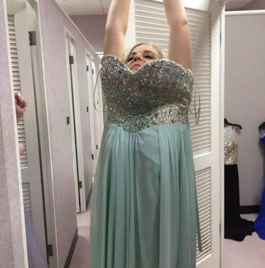 Cette robe qui reste coincée au niveau de vos seins lorsque vous essayez de l'enlever